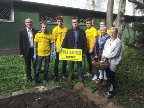 Uczestnicy sadzenia kwiatów: dyrektor  hospicjum mgr Wojciech  Gliński, koordynator wolontariatu pani Teresa Krysztofiak, opiekun szkolnego wolontariatu pani Halina Jodzio i członkowie szkolnego Wolontariatu.